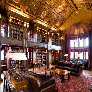 Foto di un ampio studio tradizionale con libreria, pareti marroni, parquet scuro, scrivania autoportante, pavimento marrone e nessun camino