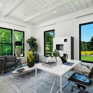 ニューヨークのカントリー風おしゃれな書斎 (白い壁、淡色無垢フローリング、暖炉なし、自立型机、塗装板張りの天井) の写真