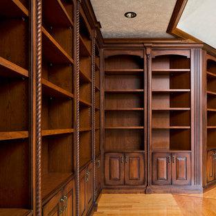 Exempel på ett klassiskt arbetsrum, med ett bibliotek, ljust trägolv, gult golv och gröna väggar