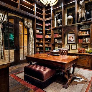 Idée de décoration pour un grand bureau méditerranéen avec un sol en bois foncé, un bureau indépendant et aucune cheminée.