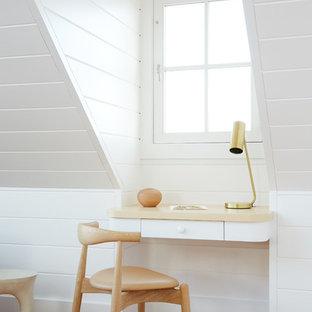 Ispirazione per un piccolo ufficio stile marinaro con pareti bianche, pavimento in legno massello medio e scrivania incassata