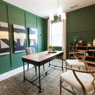チャールストンのコンテンポラリースタイルのおしゃれな書斎 (緑の壁、カーペット敷き、暖炉なし、自立型机、ベージュの床) の写真