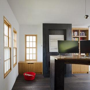 サンフランシスコのコンテンポラリースタイルのおしゃれなホームオフィス・仕事部屋 (ライブラリー、白い壁、濃色無垢フローリング、標準型暖炉、金属の暖炉まわり、自立型机、黒い床) の写真