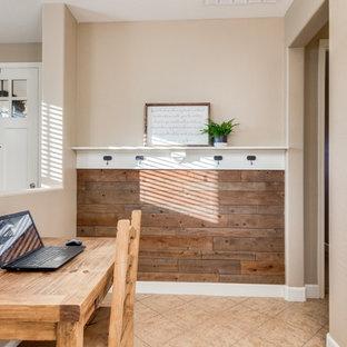Foto di un ufficio country con pareti marroni, pavimento con piastrelle in ceramica, scrivania autoportante e pavimento beige