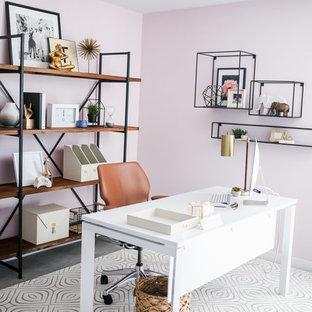 フェニックスの小さいエクレクティックスタイルのおしゃれなホームオフィス・書斎 (ピンクの壁、カーペット敷き、自立型机、グレーの床) の写真