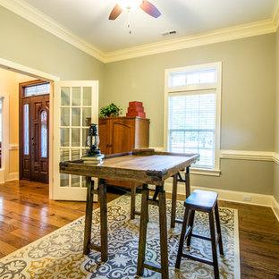 Idee per uno studio classico di medie dimensioni con pareti grigie, pavimento in legno massello medio e scrivania autoportante