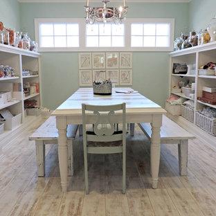 Exemple d'un bureau atelier bord de mer de taille moyenne avec un mur bleu, un sol en vinyl, aucune cheminée et un bureau indépendant.