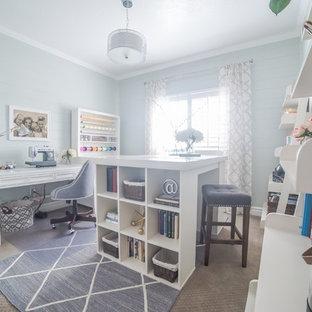 Immagine di una stanza da lavoro tradizionale di medie dimensioni con pareti blu, moquette e scrivania autoportante