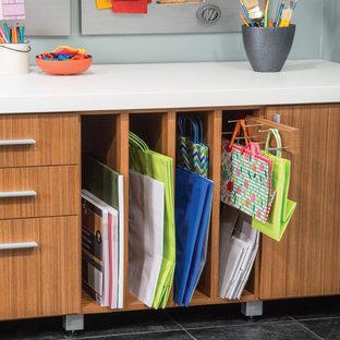Inspiration pour un bureau atelier traditionnel de taille moyenne avec un mur gris, un sol en ardoise, un bureau indépendant et aucune cheminée.