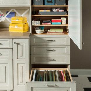 Idéer för att renovera ett mellanstort vintage hobbyrum, med beige väggar, marmorgolv, ett inbyggt skrivbord och vitt golv