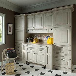 Foto på ett mellanstort vintage hobbyrum, med beige väggar, marmorgolv, ett inbyggt skrivbord och vitt golv