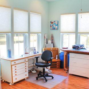 Foto di una stanza da lavoro country di medie dimensioni con pareti blu, parquet scuro e scrivania autoportante