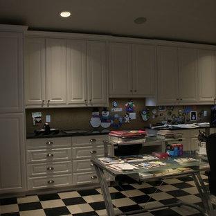 Immagine di una grande stanza da lavoro chic con pareti rosse, pavimento in vinile, nessun camino, scrivania autoportante e pavimento multicolore