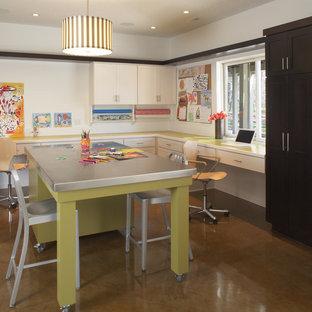 Immagine di una stanza da lavoro design di medie dimensioni con pareti bianche, pavimento in cemento, nessun camino e scrivania incassata
