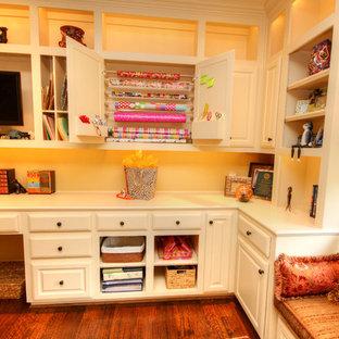 Стильный дизайн: кабинет среднего размера в классическом стиле с местом для рукоделия, желтыми стенами, паркетным полом среднего тона и встроенным рабочим столом - последний тренд