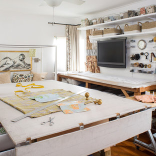 Idee per una stanza da lavoro classica con pareti bianche, scrivania autoportante e pavimento in legno massello medio