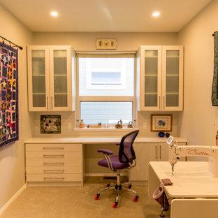 他の地域の中サイズのトランジショナルスタイルのおしゃれなクラフトルーム (ベージュの壁、カーペット敷き、造り付け机、黄色い床) の写真