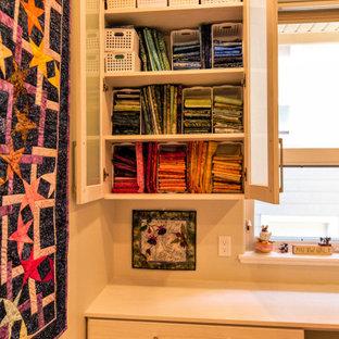 Cette photo montre un bureau atelier chic de taille moyenne avec un mur beige, moquette, un bureau intégré et un sol jaune.
