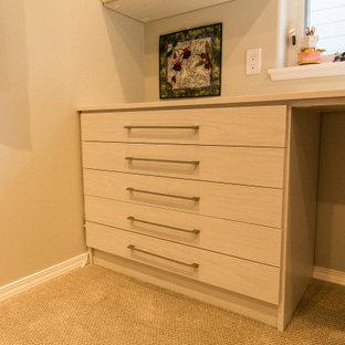 Idéer för mellanstora vintage hobbyrum, med beige väggar, heltäckningsmatta, ett inbyggt skrivbord och gult golv