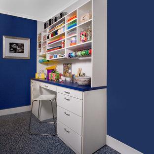 Diseño de sala de manualidades contemporánea, de tamaño medio, sin chimenea, con paredes azules, suelo de linóleo y escritorio empotrado