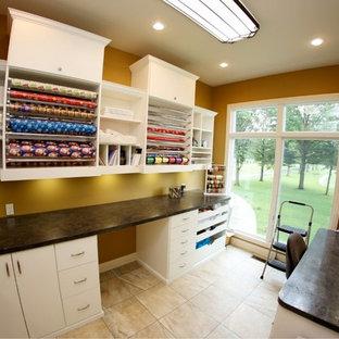 Ispirazione per una stanza da lavoro di medie dimensioni con pareti beige, pavimento con piastrelle in ceramica, scrivania incassata e pavimento grigio