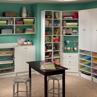 トロントの大きいトラディショナルスタイルのおしゃれなクラフトルーム (青い壁、カーペット敷き、暖炉なし、造り付け机、ベージュの床) の写真