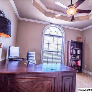 Ispirazione per un ufficio tradizionale di medie dimensioni con pareti marroni, parquet chiaro, nessun camino e scrivania incassata