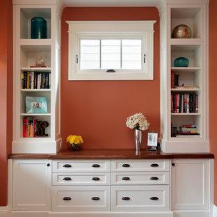 シカゴの小さいおしゃれなホームオフィス・書斎 (オレンジの壁、濃色無垢フローリング、自立型机) の写真