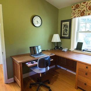 Esempio di un piccolo studio american style con pareti verdi