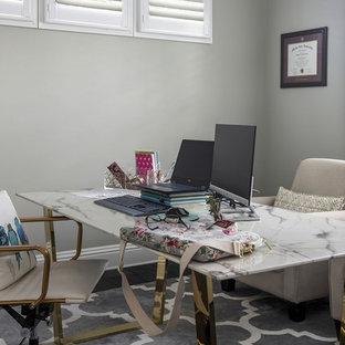 Inspiration pour un bureau style shabby chic de taille moyenne avec un mur gris, un sol en bois foncé et un bureau indépendant.