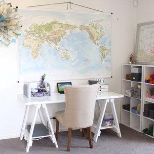 Inredning av ett eklektiskt litet arbetsrum, med ett fristående skrivbord