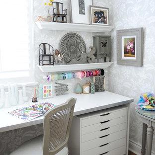 Идея дизайна: маленький кабинет в стиле шебби-шик с местом для рукоделия, серыми стенами, темным паркетным полом и встроенным рабочим столом без камина