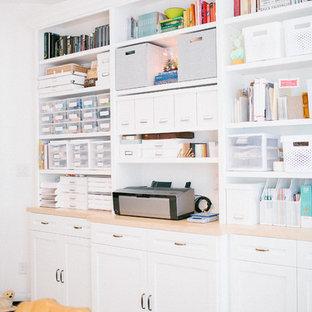 Свежая идея для дизайна: домашняя мастерская среднего размера в скандинавском стиле с белыми стенами и отдельно стоящим рабочим столом без камина - отличное фото интерьера