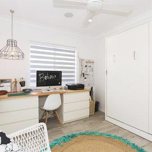 Idées déco pour un bureau scandinave de type studio avec un mur blanc, un sol en vinyl et un bureau indépendant.