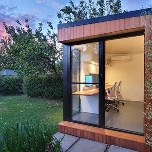 Inspiration pour un petit bureau design de type studio avec un mur blanc, sol en stratifié, aucune cheminée, un bureau indépendant et un sol gris.