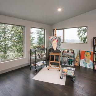 ポートランドの大きいラスティックスタイルのおしゃれなアトリエ・スタジオ (白い壁、濃色無垢フローリング、標準型暖炉、自立型机、茶色い床) の写真