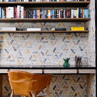 Idéer för att renovera ett funkis arbetsrum, med flerfärgade väggar och ett inbyggt skrivbord