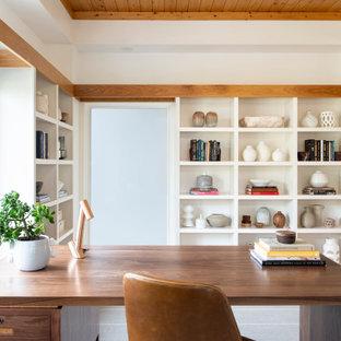 Imagen de despacho madera, actual, con paredes blancas, suelo de madera en tonos medios, escritorio independiente y suelo marrón
