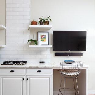 Cette image montre un bureau avec un mur beige, un sol en brique, aucune cheminée, un bureau intégré et un sol rouge.