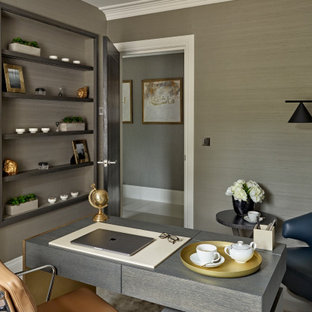 Ejemplo de despacho papel pintado, actual, de tamaño medio, papel pintado, con paredes grises, suelo de madera en tonos medios, escritorio independiente, suelo marrón y papel pintado
