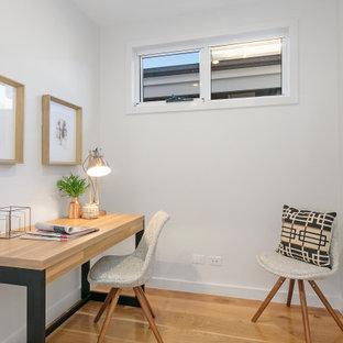 メルボルンの小さいヴィクトリアン調のおしゃれな書斎 (グレーの壁、無垢フローリング、暖炉なし、自立型机、茶色い床) の写真