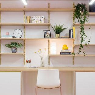Cette image montre un bureau nordique avec un mur blanc et un bureau intégré.