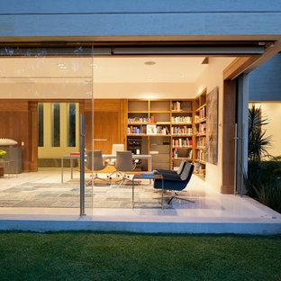 Idee per uno studio design con pareti beige e scrivania autoportante