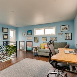ロサンゼルスの中くらいのコンテンポラリースタイルのおしゃれなアトリエ・スタジオ (青い壁、無垢フローリング、暖炉なし、自立型机、茶色い床) の写真