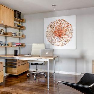 ボストンのコンテンポラリースタイルのおしゃれな書斎 (グレーの壁、無垢フローリング、暖炉なし、造り付け机、茶色い床) の写真
