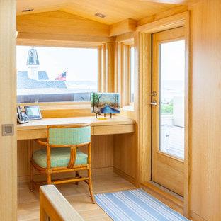 Идея дизайна: рабочее место в современном стиле с бежевыми стенами, светлым паркетным полом и встроенным рабочим столом