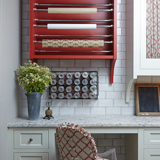 Идея дизайна: большой кабинет в стиле неоклассика (современная классика) с местом для рукоделия, серыми стенами, полом из известняка, встроенным рабочим столом и бежевым полом без камина