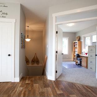 Стильный дизайн: рабочее место среднего размера в классическом стиле с серыми стенами, полом из винила и встроенным рабочим столом без камина - последний тренд