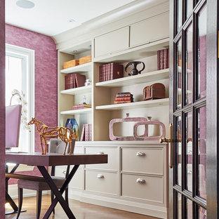 トロントの中サイズのトランジショナルスタイルのおしゃれなホームオフィス・仕事部屋 (ピンクの壁、無垢フローリング、暖炉なし、自立型机) の写真