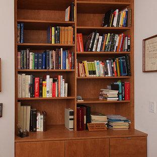 Foto di un grande ufficio contemporaneo con pareti bianche, parquet scuro e scrivania incassata
